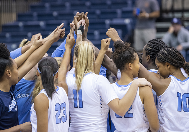 team huddle women's basketball