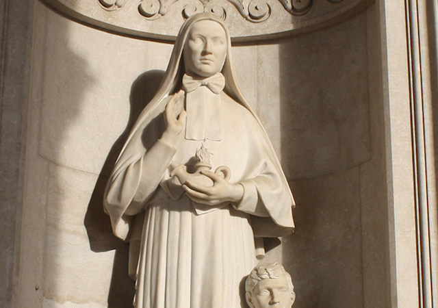 Statue of Saint Frances Xavier Cabrini in the portico of the sanctuary of the Blessed Virgin of the Rosary in Pompei | photo by Dario Crespi