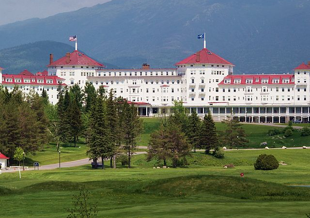 By rickpilot_2000 from Hooksett, USA - Mt. Washington Hotel Uploaded by jbarta, CC BY 2.0, https://commons.wikimedia.org/w/index.php?curid=26447136
