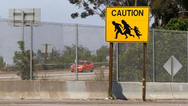 Migrant sign along I-5 freeway