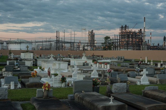 "A cemetery stands in contrast to the chemical plants that surround it in ""Cancer Alley"" near Baton Rouge, La. Imae: Giles Clarke"